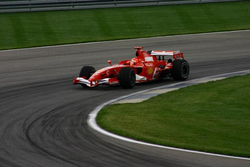"""Michael Schumacher: Fernando Alonso protagonizou uma dura briga com o alemão em 2006. O ápice da disputa foi no GP de Mônaco de 2006, quando Schumacher fez a pole provisória e resolveu """"estacionar"""" sua Ferrari na curva Rascasse, perto da entrada do boxe. Com isso, a bandeira amarela foi acionada e Alonso não conseguiu completar sua volta rápida. A FIA julgou a ação de Schumacher como antidesportiva e puniu o alemão, que além de perder a pole, precisou largar no final do grid. O vídeo está aqui: https://is.gd/JxNOiP - Foto: ktpupp on Visual Hunt / CC BY-NC-ND - Foto: ktpupp on Visual Hunt / CC BY-NC-ND/Garagem 360/ND"""