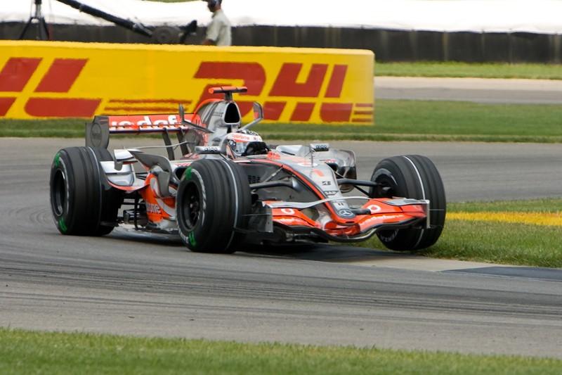 Fernando Alonso vs Lewis Hamilton (Hungria 2007): companheiros na McLaren em 2007, a dupla viveu uma das rivalidades mais fortes dos últimos anos. No GP da Hungria, Alonso demorou mais do que deveria para sair do pit stop, durante o treino classificatório. Hamilton ficou preso atrás e não conseguiu melhorar sua volta, deixando a pole com o espanhol. Porém, a FIA acabou punindo Alonso e Hamilton saiu na ponta daquela corrida. O vídeo esta aqui: https://is.gd/5ZMpDI - Foto: ChrisMRichards on VisualHunt.com / CC BY-NC-ND - Foto: ChrisMRichards on VisualHunt.com / CC BY-NC-ND/Garagem 360/ND
