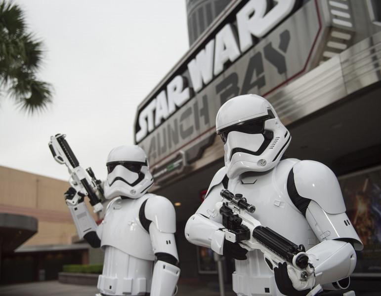 Em Orlando, nos Estados Unidos, as atrações relacionadas à franquia Star Wars se concentram no parque Hollywood Studios, da Disney. A área Star Wars Launch Bay (foto) funciona como uma espécie de museu, que reúne objetos, figurinos e até personagens dos filmes - Divulgação - Divulgação/Rota de Férias/ND