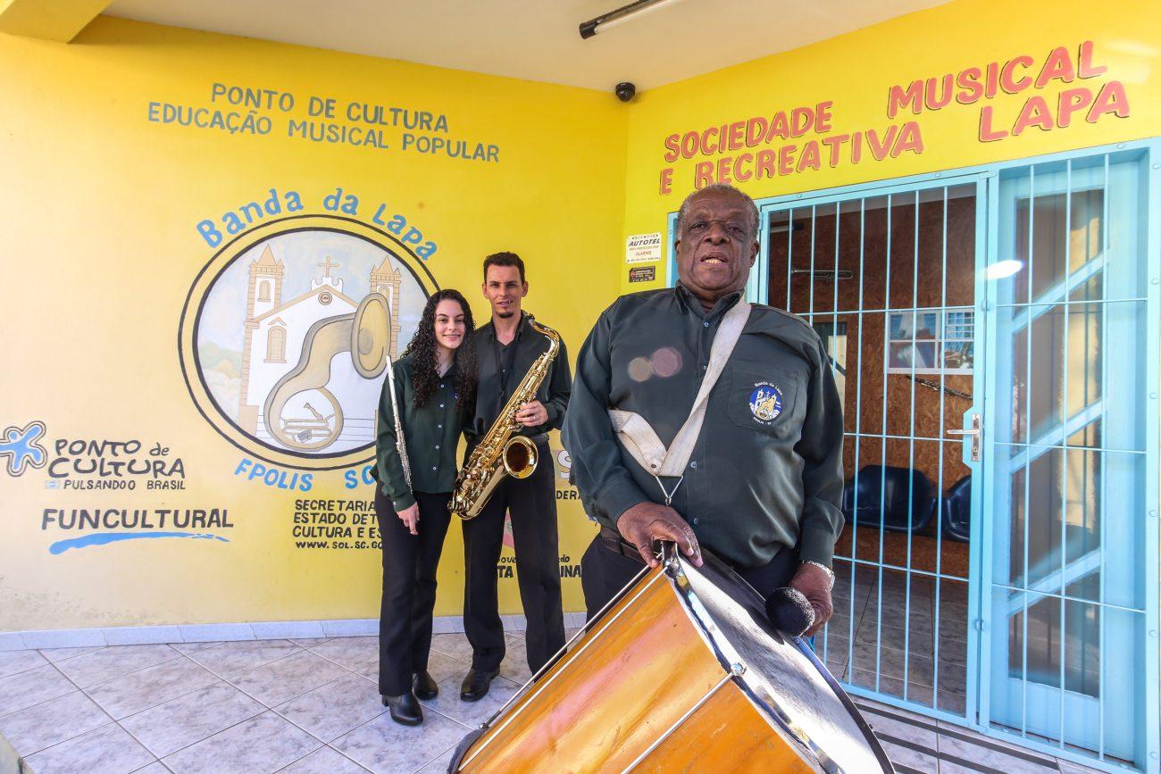 Camilly, a mais nova integrante da banda, com o pai Douglas e Dedinha, o mais antigo no grupo - Anderson Coelho/ND