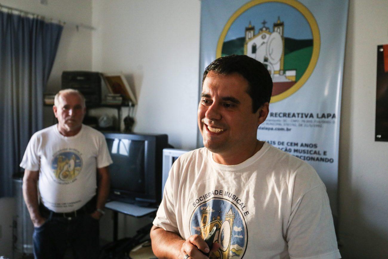 Wellinton Carlos Corrêa, maestro e músico, e o pai José Carlos Corrêa, ao fundo, presidente da Banda da Lapa - Anderson Coelho/ND