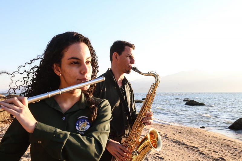 Camilly e o pai Douglas tocam na Banda da Lapa, no Ribeirão da Ilha - Anderson Coelho/ND