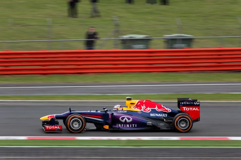 Sebastian Vettel e Mark Webber: aqui não foi um toque proposital, mas uma grande polêmica. Webber liderava o GP da Malásia de 2013, com Vettel em segundo. No final da prova, a equipe pediu para ambos pouparem seus carros e manterem a posição. Só que o alemão foi para cima do australiano e roubou o primeiro lugar. O episódio estragou de vez a relação entre ambos e foi um dos motivos que fez Webber deixar a categoria no final daquele ano. O episódio está aqui: https://is.gd/ol73jZ - Foto: Scott Kilbourne on Visual Hunt / CC BY-NC-ND - Foto: Scott Kilbourne on Visual Hunt / CC BY-NC-ND/Garagem 360/ND