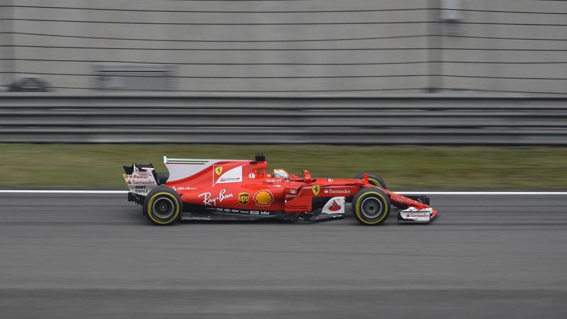 Sebastian Vettel vs Lewis Hamilton: um acidente de trânsito marcou o GP do Azerbaijão de 2017. Durante uma entrada do safety car, Hamilton reduziu a velocidade de sua Mercedes e Vettel acertou o inglês na traseira. Revoltado com a atitude, o alemão jogou sua Ferrari propositalmente para cima do britânico. Reveja a disputa aqui: https://bit.ly/2N8kMPx - Foto: emperornie on Visualhunt / CC BY-SA - Foto: emperornie on Visualhunt / CC BY-SA/Garagem 360/ND
