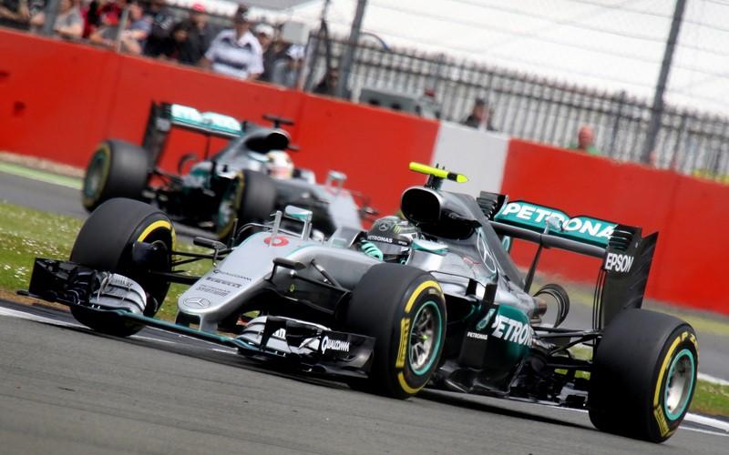 Nico Rosberg vs Lewis Hamilton: em 2016, a rivalidade entre os dois chegou ao nível mais alto. Companheiros de Mercedes, ambos se tocaram em duas ocasiões, sendo que no GP da Áustria Rosberg deixou seu carro bater no de Hamilton na última volta. Quem se deu melhor foi o inglês, que saiu inteiro e venceu a prova. O alemão quebrou a asa e ficou apenas em quarto. Relembre a disputa aqui: https://bit.ly/2oW7OWq - Foto: Karting Nord on Visualhunt.com / CC BY-SA - Foto: Karting Nord on Visualhunt.com / CC BY-SA/Garagem 360/ND