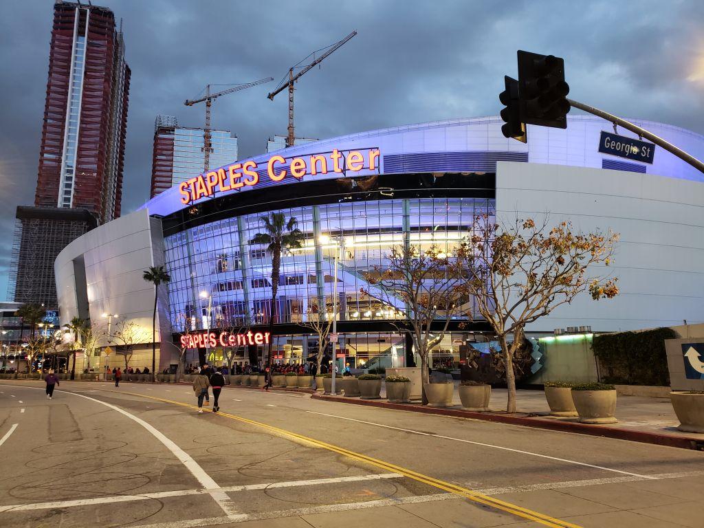 A arena Stamples Center, casa do Lakers e do Clippers, ambos times da NBA, também fica no Centro da cidade. Quem gosta de esportes pode tirar fotos, conhecer a loja oficial e até comprar ingressos para assistir a uma partida - Maria Beatriz Vaccari - Maria Beatriz Vaccari/Rota de Férias/ND
