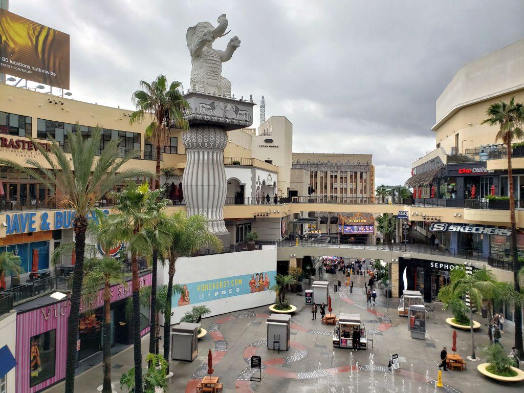O shopping Hollywood and Highland fica no coração da Calçada da Fama e concentra uma série de restaurantes e lojas bacanas. O local também um bom ponto de parada para quem quer tirar fotos com o letreiro de Hollywood ao fundo - Maria Beatriz Vaccari - Maria Beatriz Vaccari/Rota de Férias/ND
