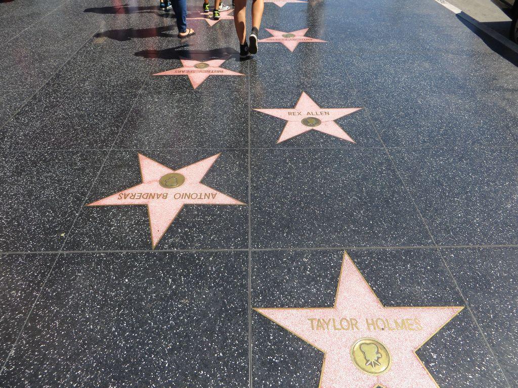 A Calçada da Fama é um dos pontos mais turísticos da cidade. Ali, é possível observar estrelas rosas com nomes de artistas e visitar locais como o Hard Rock Cafe e o museu de cera Madame Tussauds. Vale a pena ficar sempre atento, já que algumas pessoas aproveitam a alta concentração de turistas para aplicar golpes ou cobrar por fotos - Ken Lund on Visualhunt.com / CC BY-SA - Ken Lund on Visualhunt.com / CC BY-SA/Rota de Férias/ND