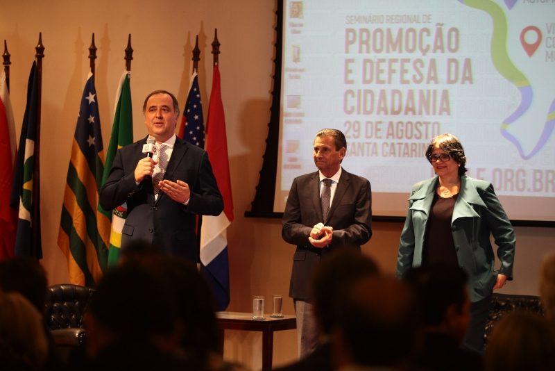Deputado Kennedy Nunes (PSD), o presidente da Alesc, deputado Julio Garcia (PSD) e a ministra Damares Alves na manhã desta quinta-feira, em Florianópolis – Solon Soares/Agência AL/ND