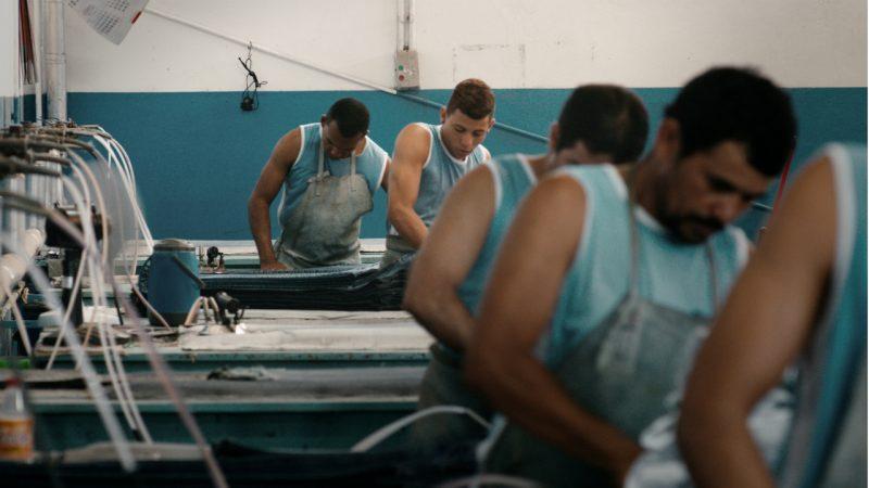 """De Marcelo Gomes, """"Estou me Guardando para Quando o Carnaval Chegar"""" mostra a rotina na pequena cidade de Toritama, no Agreste pernambucano, considerada a capital nacional do jeans – Divulgação/ND"""