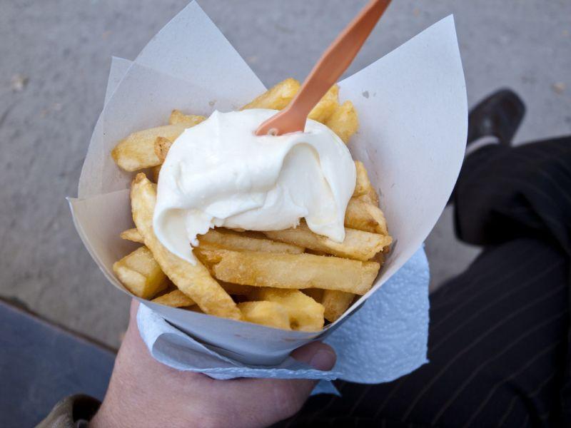 Alguns historiadores acreditam que a batata frita é uma invenção belga. Crocantes por fora e macias por dentro, as porções são vendidas na rua e servidas em cones de papel - Franco Rabazzo via VisualHunt / CC BY-NC-SA - Franco Rabazzo via VisualHunt / CC BY-NC-SA/Rota de Férias/ND