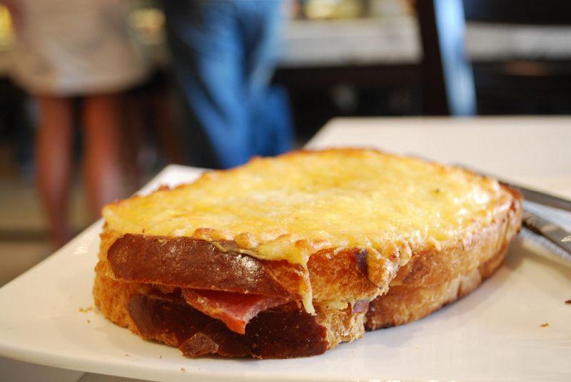 O croque monsieur é basicamente um pão tostado com molho bechamel, presunto e queijo derretido (ou gratinado). É uma das muitas delícias gastronômicas encontradas na França - avlxyz via Visualhunt / CC BY-SA - avlxyz via Visualhunt / CC BY-SA/Rota de Férias/ND