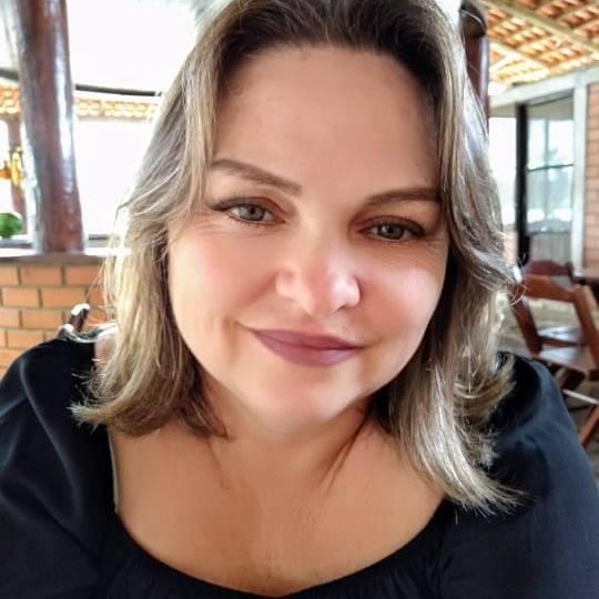 """Cátia desapareceu no dia 24 de julho, quando voltava de Joinville. Segundo a família, o último contato aconteceu por volta das 22h40. A empresária informou que """"chegaria em casa em vinte minutos"""". Foi encontrada no dia seguinte, já sem vida, em um rio na cidade de Araquari – Facebook"""