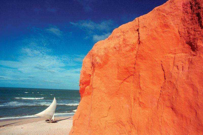 Os gringos se divertem nas areias da Praia de Canoa Quebrada (CE) e também na noite da Broadway, a hiponga vila da região - Divulgação - Divulgação/Rota de Férias/ND