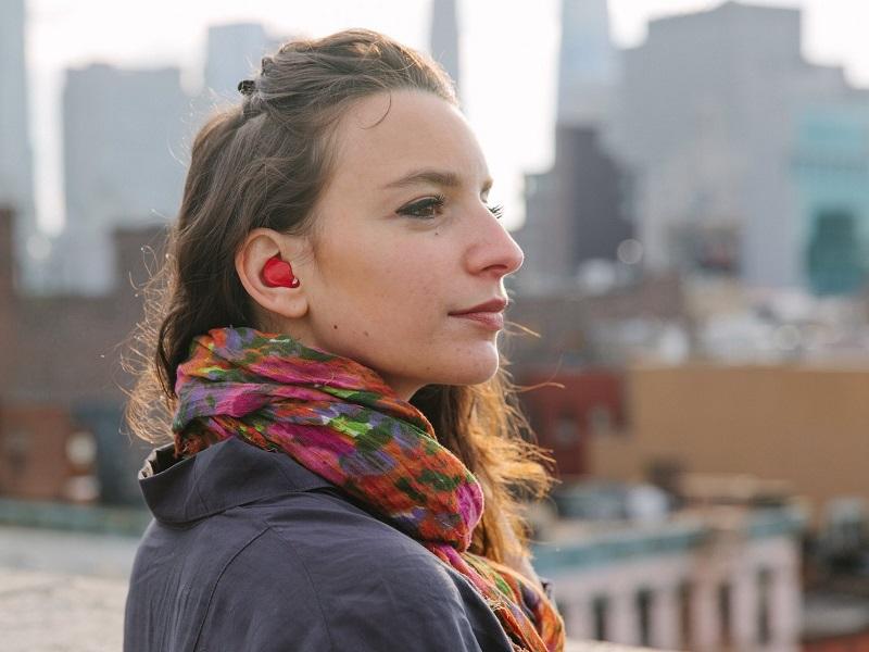 """Babel Fish, """"O Guia do Mochileiro das Galáxias"""" – Pilot é uma espécie de fone de ouvido Bluetooth que faz traduções simultâneas, assim como o Babel Fish da franquia criada por Douglas Adams. Criado pela startup norte-americana Waverly Labs, na prática, cada pessoas deve usar um ponto. O gadget capta a voz e traduz para o idioma escolhido. Está em pré-venda. - Crédito: Divulgação/33Giga/ND"""