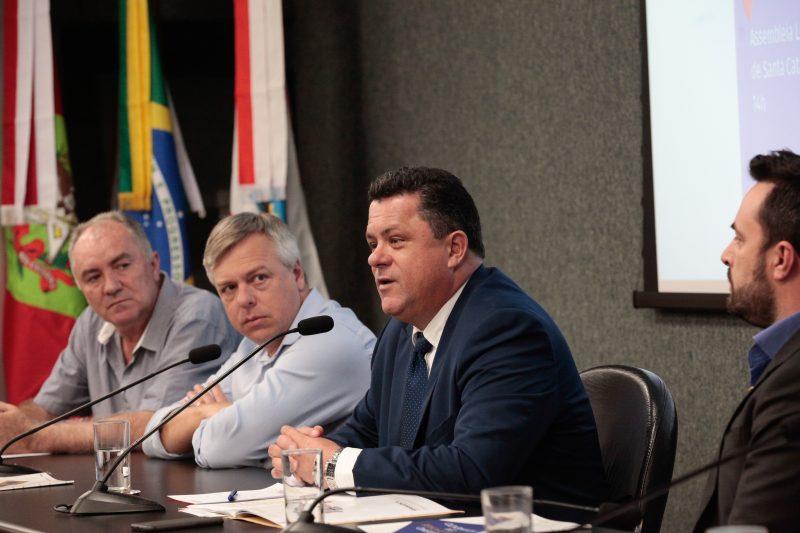 """Deputado Ivan Naatz durante o seminário """"As perspectivas do turismo para 2019/2020"""" – Bruno Collaço/Agencia AL/Divulgação/ND"""