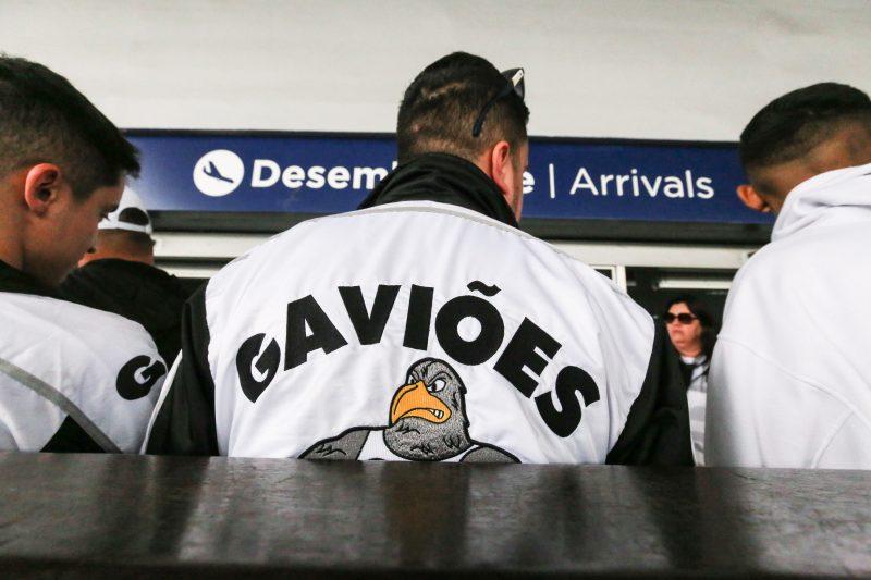 Torcedores aguardando a chegada dos jogadores no aeroporto Hercílio Luz - Anderson Coelho/ND