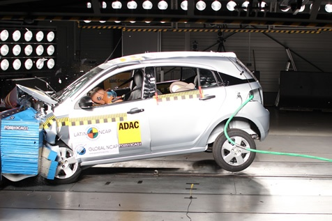 Testado também sem airbags, já que em julho de 2013 eles ainda não eram obrigatórios no País, o Agile só conseguiu pontuar na avaliação para crianças no banco traseiro; o modelo siau de linha em 2014 - Foto: Divulgação - Foto: Divulgação/Garagem 360/ND