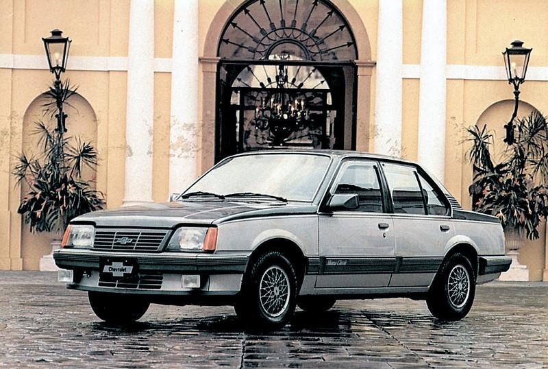 Chevrolet Monza: o sedã fez muito sucesso no Brasil e ficou em linha por 14 anos. Porém, a primeira versão do modelo tinha design mais equilibrado - Foto: Divulgação - Foto: Divulgação/Garagem 360/ND
