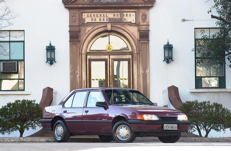 Em 1991, para tentar dar um ar mais moderno para o Monza, a Chevrolet lançou o modelo que ficou conhecido como tubarão. A frente baixa e curva não combinava com a traseira quadrada - Foto: Divulgação - Foto: Divulgação/Garagem 360/ND