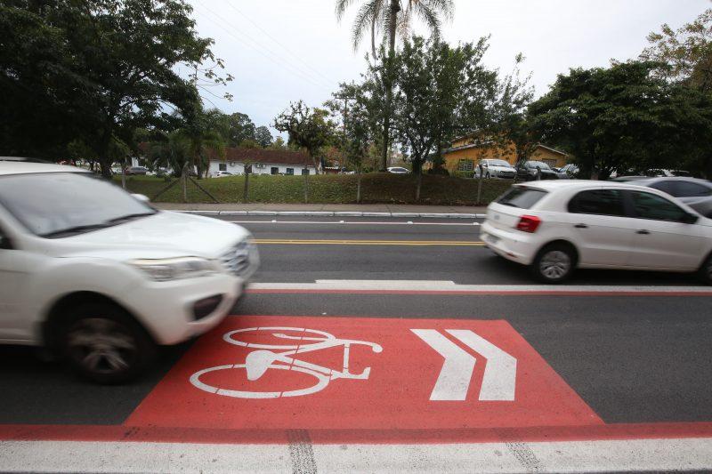 Aumento da gravidade da infração para quem não reduz ao passar por ciclistas: Deixar de reduzir a velocidade do veículo de forma compatível com a segurança do trânsito ao ultrapassar o ciclista será infração gravíssima, sujeito a multa de R$ 293,47. – Foto: Anderson Coelho/divulgação/ND