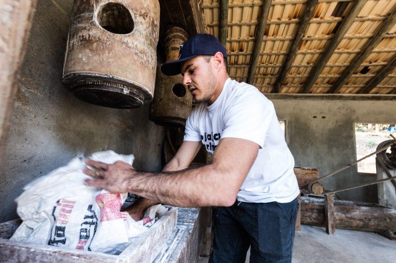 Sacos de aniagem substituem os tradicionais tipitis na prensagem da massa de mandioca – Anderson Coelho/ND