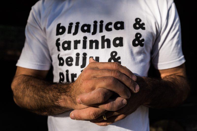 Mãos de Diogo Murilo dos Santos ao manipular a farinha. O Turismo de experiência se torna uma reinvenção da prática artesanal da produção de farinha em Florianópolis – Foto: Anderson Coelho/ND