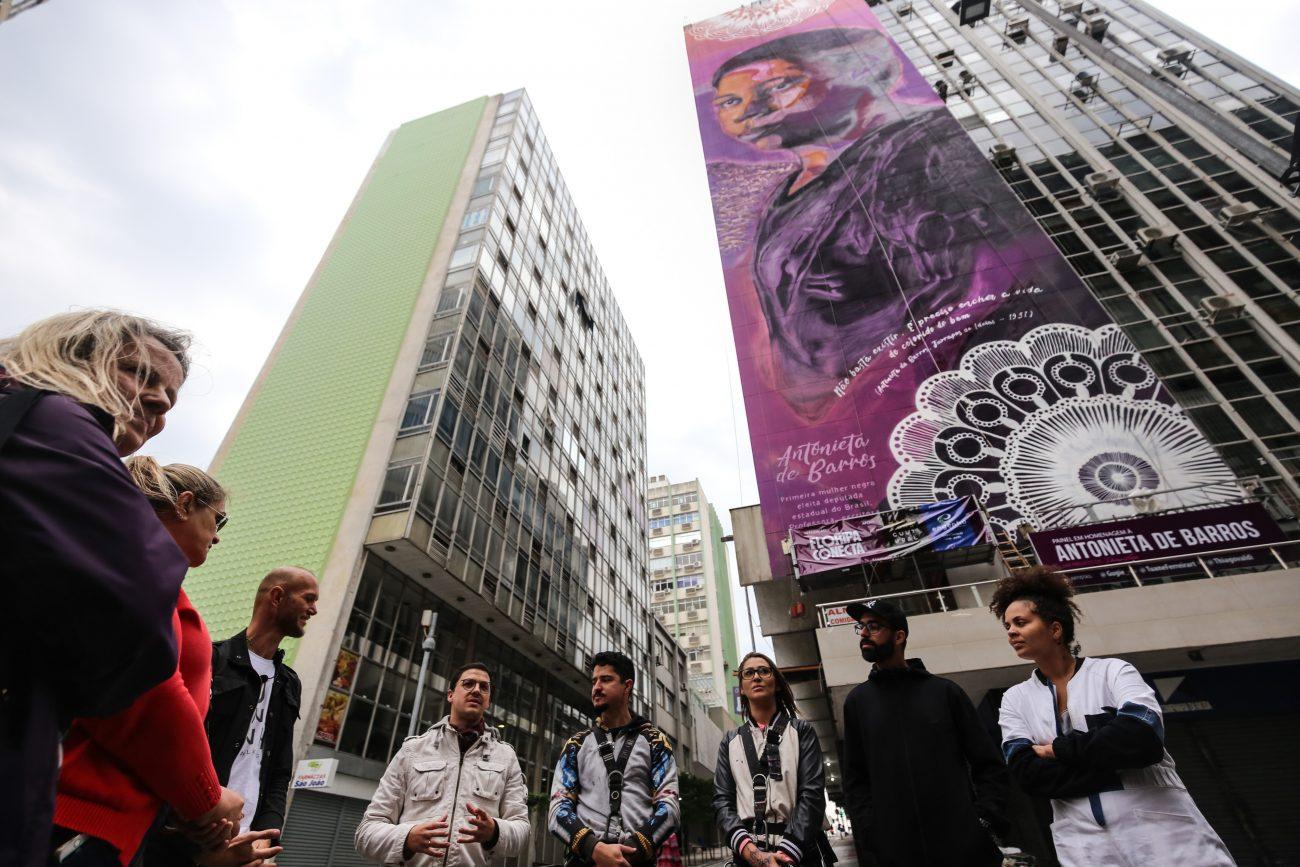 Os artistas Thiago Valdi, Tuane Ferreira e Monique Cavalcante, a Gugie, falaram sobre a obra dedicada à personagem, que, ao longo da vida, fez do magistério, dos direitos das mulheres, dos negros e do jornalismo as razões de vida. - Anderson Coelho / ND