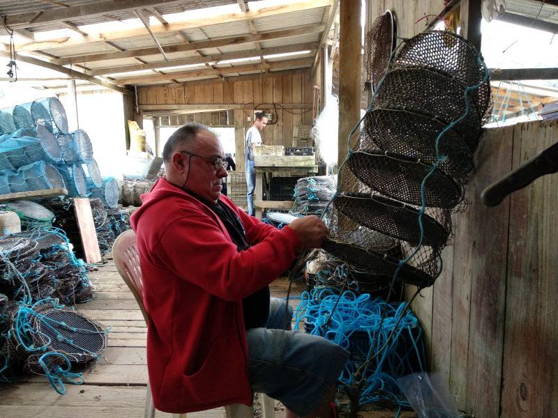 Genésio Machado conserta as lanternas onde ficam as ostras – Marcela Ximenes/ND