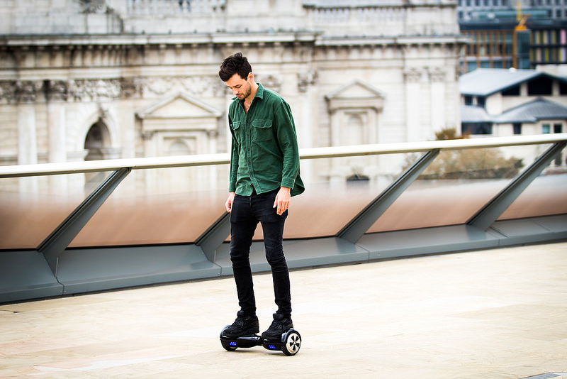 """Hoverboard, """"De Volta Para o Futuro"""" – O skate flutuante usado por Marty McFly foi adaptado e chegou ao mercado como um equipamento com rodas e que funciona com o movimento do corpo do usuário. Apesar do design futurista, o gadget fica em contato com o chão o tempo inteiro e utiliza motores elétricos. - Crédito: geturbanwheel on Visualhunt.com / CC BY-NC/33Giga/ND"""