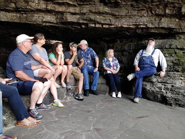 Guia com grupo na Cave Springs - Paulo Basso Jr. - Paulo Basso Jr./Rota de Férias/ND