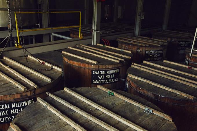 Tonéis com filtros de carvão da Jack Daniel - Divulgação - Divulgação/Rota de Férias/ND