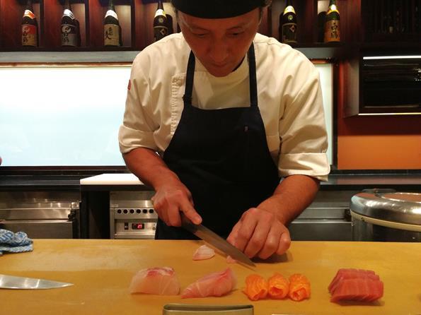 Mee - Sushiman master Marcelo preparando peixes no balcão - Paulo Basso Jr. - Paulo Basso Jr./Rota de Férias/ND