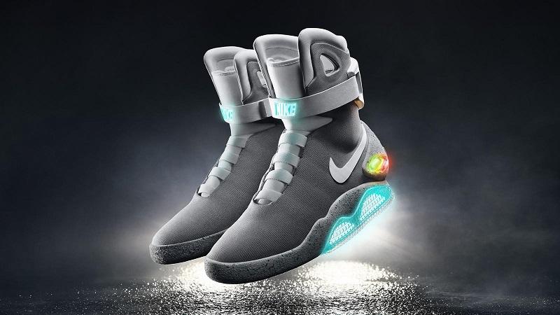 """Nike Mag, """"De Volta Para o Futuro 2"""" – Mais uma tecnologia usada por Marty McFly foi trazida ao mundo real. O tênis com cadarços que """"amarram"""" sozinhos foi lançado em uma versão limitada e vendido em leilão. Os recursos gerados com a venda foram destinados à Michael J. Fox Foundation, fundação do ator que deu vida a McFly no filme e que investe em pesquisas pela cura do mal de Parkinson. - Crédito: Divulgação/33Giga/ND"""