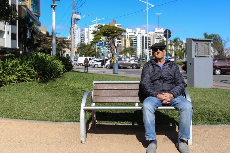 Oldemar Peixoto, de 92 anos, costumava conversar com o amigo na praça – Anderson Coelho/ND