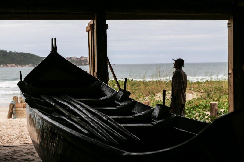 Raimundo Isauro, olheiro à espera da tainha na praia do Campeche, Florianópolis - Anderson Coelho/ND