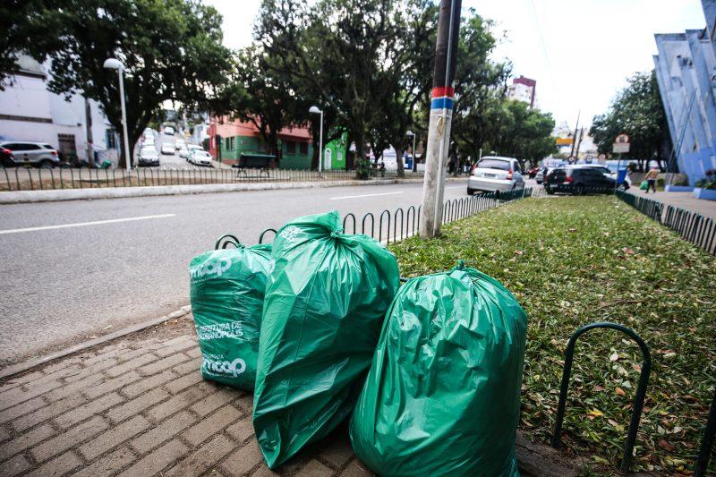 Comcap recolheu 1,5 tonelada de lixo no último domingo na Avenida Hercílio Luz – Anderson Coelho/ND