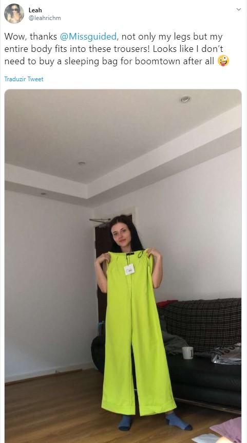 Leah Richmond, uma jovem britânica de 21 anos, comprou uma calça da marca Missguided e teve uma (literalmente) grande surpresa quando recebeu a encomenda em sua casa. A calça não só cabia suas pernas, mas também todo o seu corpo. A loja não se manifestou a respeito do ocorrido. - Reprodução Twitter /33Giga/ND