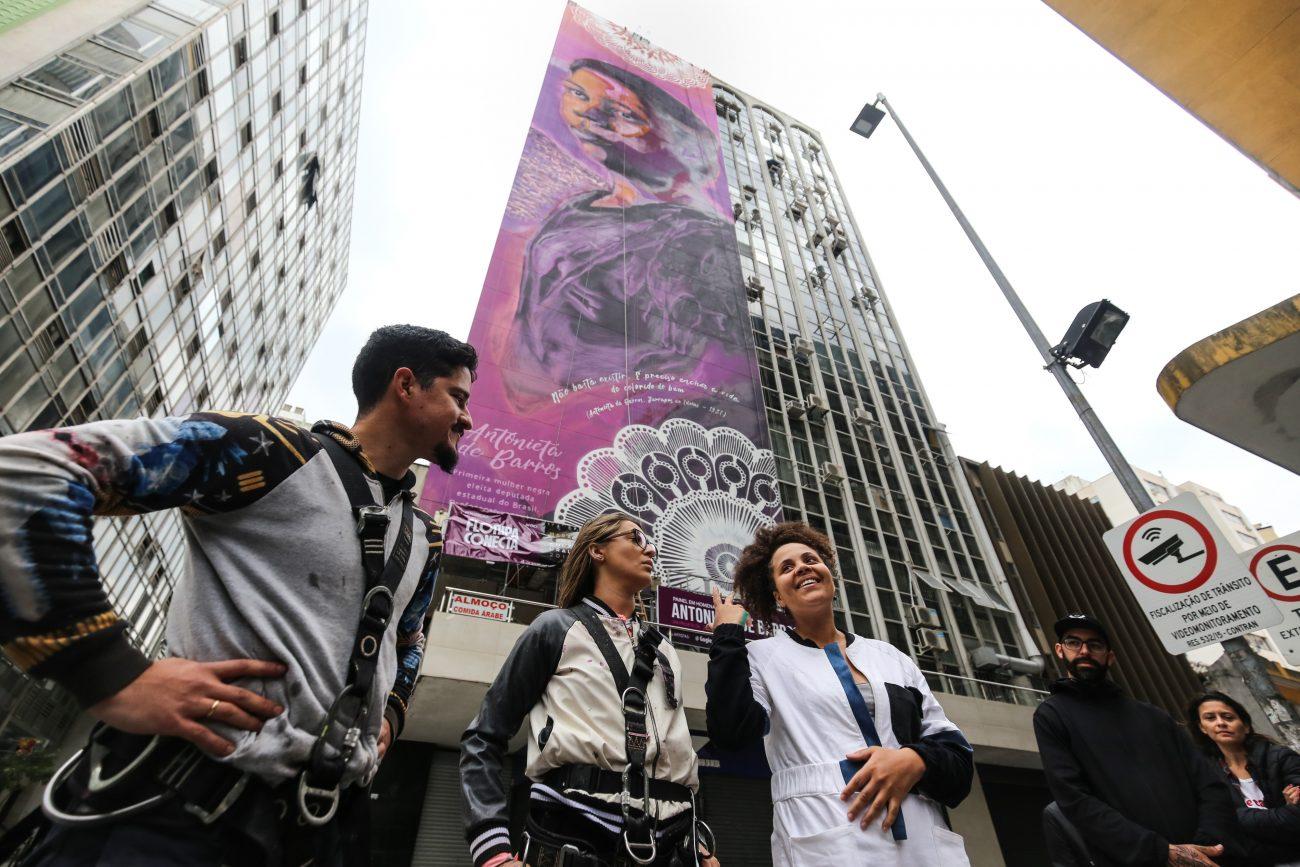 Thiago Valdi, Tuane Ferreira e Monique Gugie, artistas que fizeram o grafite em homenagem à Antonieta de Barros no Centro de Florianópolis - Anderson Coelho / ND