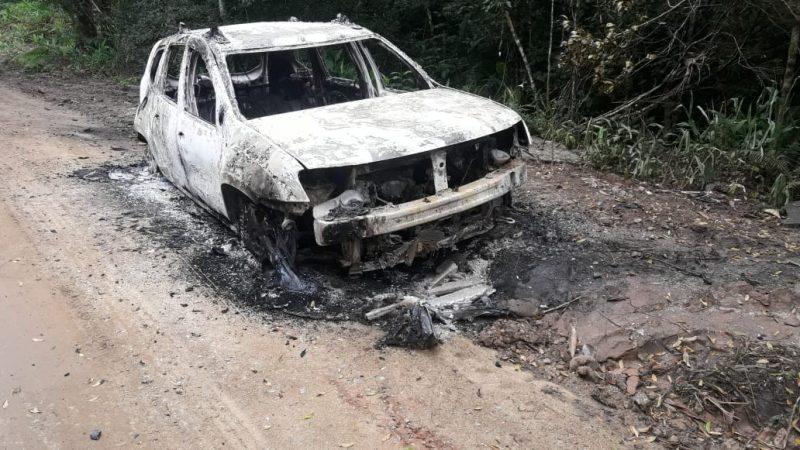 Durante as buscas, o carro de Cátia foi encontrado carbonizado no Morro da Palha, em São Francisco do Sul. Pegadas de um sapato diferente ao que a empresária usava no dia também foram encontradas. - Polícia Civil