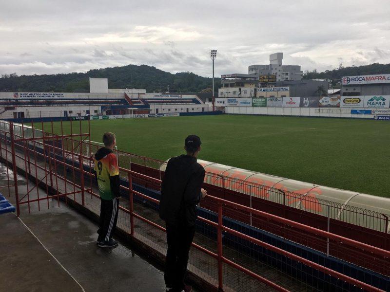 """Jovens torcedores foram """"passar apoio"""" mas acabaram frustrados pela sexta-feira (2) fria e chuvosa em Brusque. O clima transferiu o trabalho do técnico Waguinho Dias. - Diogo de Souza/ND"""