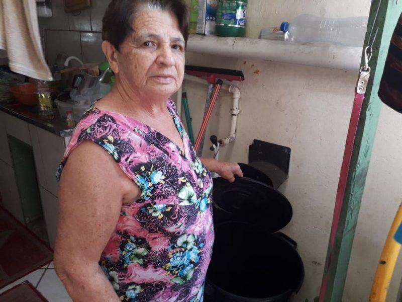 Moradora do Itacorubi, dona Osmarina Machado, 73 anos, está com abastecimento comprometido há vários dias – Caroline Borges/ND
