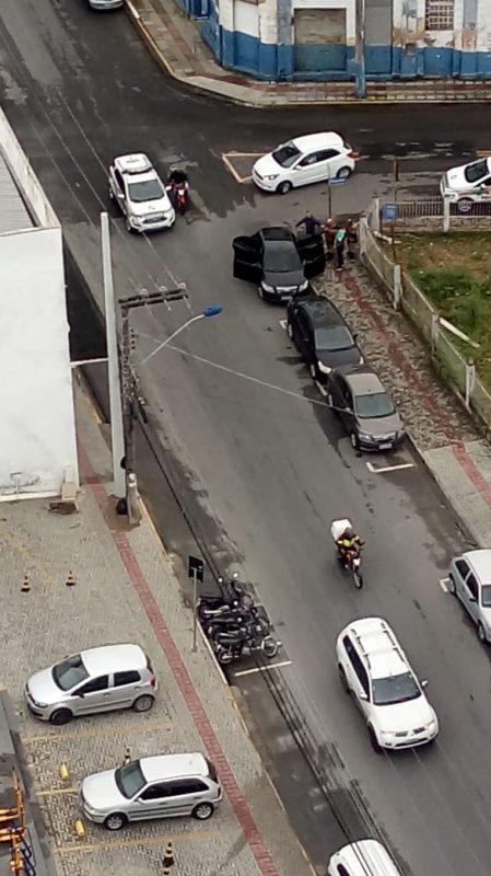 Três homens encapuzados levaram um malote com dinheiro e trocaram tiros com policiais da reserva – Divulgação/ND