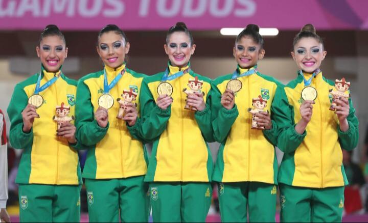 Camila Rossi, Deborah Medrado, Nicole Pircio e Vitória Guerra formam o conjunto dourado ao lado de Beatriz – Ricardo Bufolin/CBG