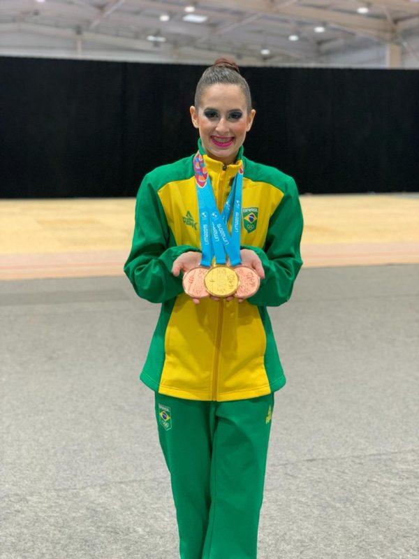 Beatriz exibe orgulhosa as três medalhas conquistadas no Pan 2019 com a equipe brasileira – Arquivo pessoal