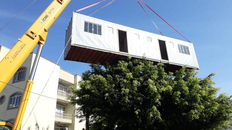 Um guindaste foi utilizado para retirar as estruturas irregulares – Nicolas Quadro/Divulgação/PMF