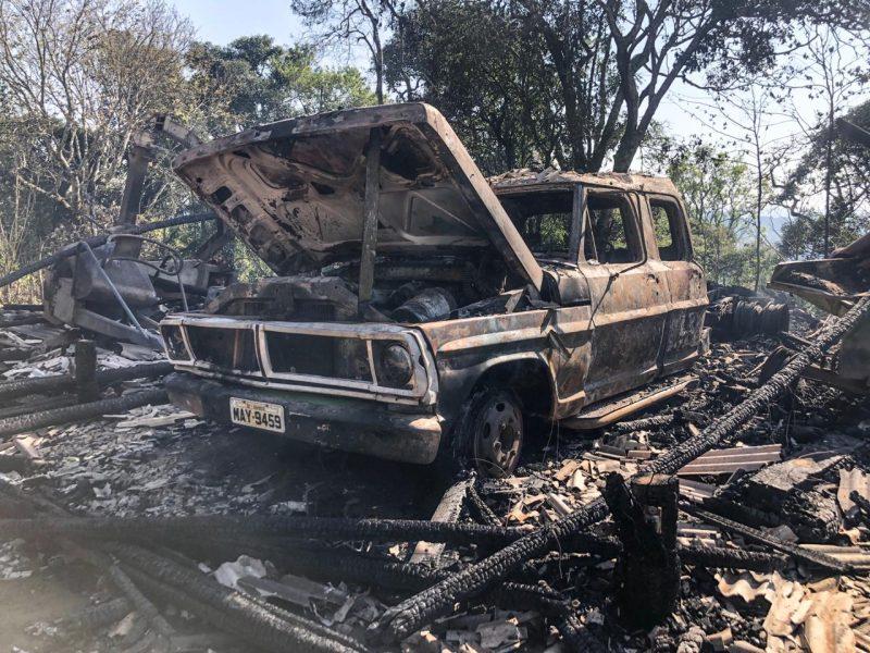 Uma caminhonete foi destruída – Willian Ricardo/ND