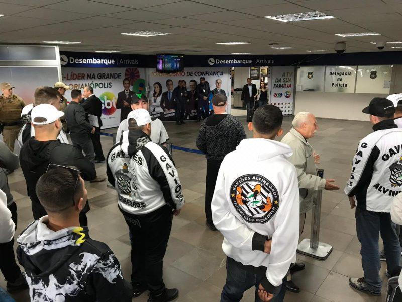 Torcida aguarda time do Figueirense no saguão do Aeroporto Hercílio Luz, em Florianópolis - Anderson Coelho/ND