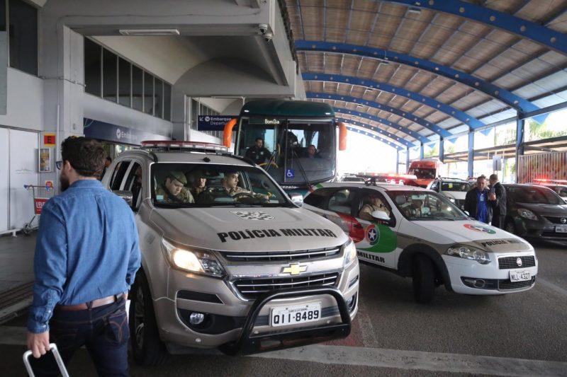 Jogadores deixam o aeroporto escoltados pela polícia - Anderson Coelho/ND