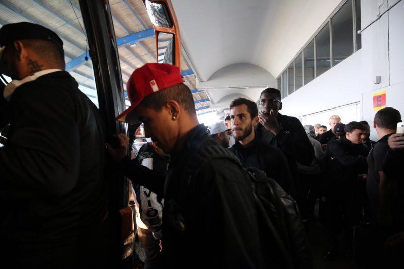 Após conversarem com jornalistas, jogadores entram no ônibus e deixam aeroporto - Anderson Coelho/ND